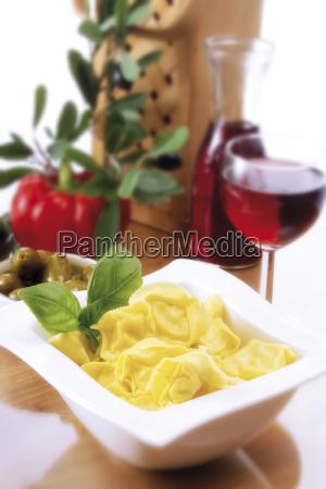 tortelloni mit basilikum italienisches ambiente