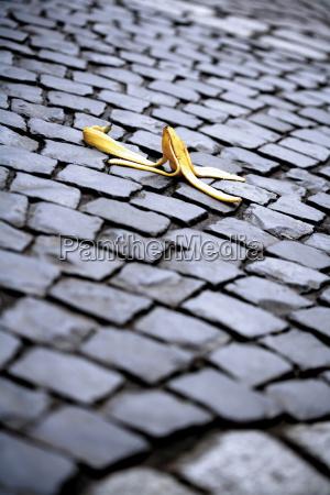 bananenschale auf kopfsteinpflaster symbolbild fur