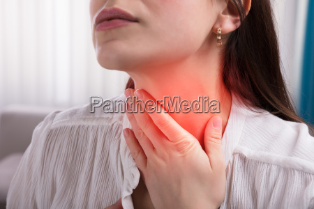 frau leidet unter halsschmerzen