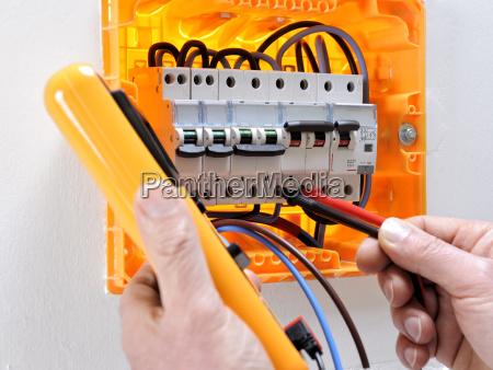 elektrotechniker bei der arbeit an einer