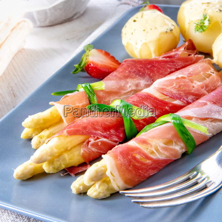 asparagus ham rolls with strawberries and