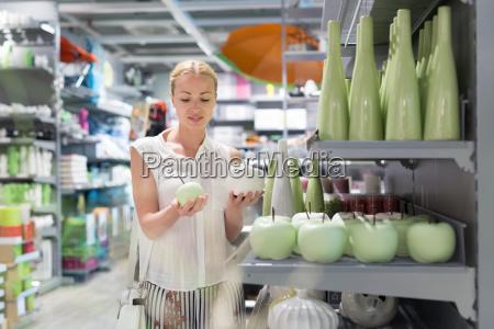 schöne, junge, frau, im, einzelhandel, einkaufen. - 24477604