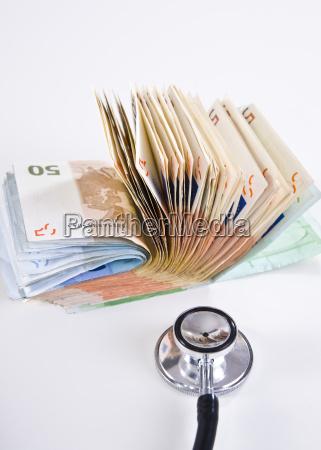 geldscheine und ein stethoskop