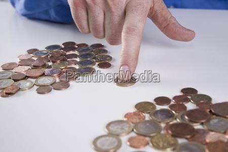 finger sortiert geldmunzen