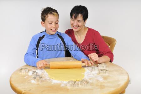 weihnachtsbackerei mutter und sohn rollen