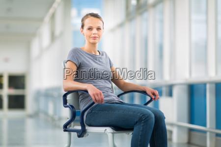 patientin sitzt in einem rollstuhl fuer