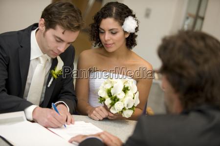 standesamtliche hochzeit brautigam unterschreibt heiratsurkunde