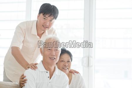 asiatischer reifer sohn und alte eltern