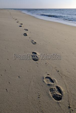 fussspuren am strand insel sylt