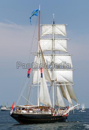 segelschiff auf der windjammerparade der kieler