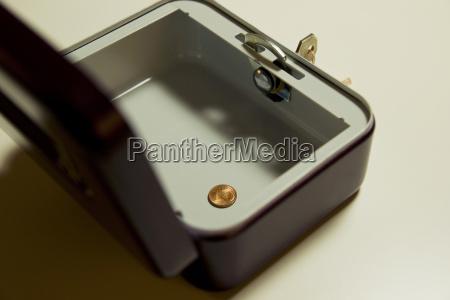 einzelne munze in einer geldkassette