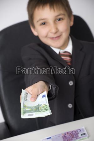 kleiner geschaftsmann bietet geld an