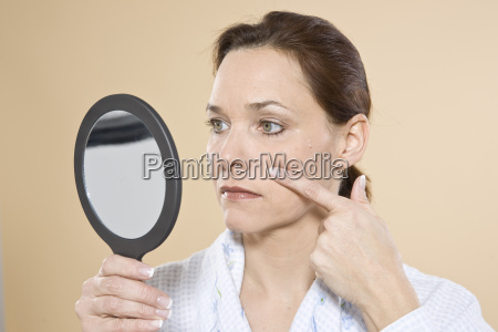 a woman controls her wrinkles in