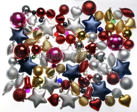 weihnachtsdekoration verschiedene christbaumkugeln