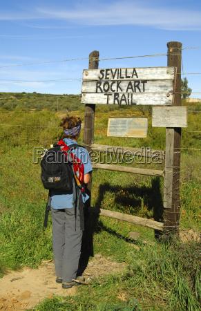 besucher am eingang zum sevilla rock