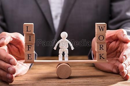 geschaeftsmann der arbeit und life balance