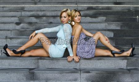 zwei junge frauen in kurzen kleidern