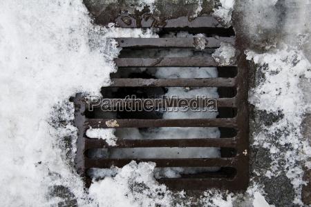 kanaldeckel im winter