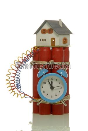 miniaturhaus auf bombe symbolbild gefahrlicher