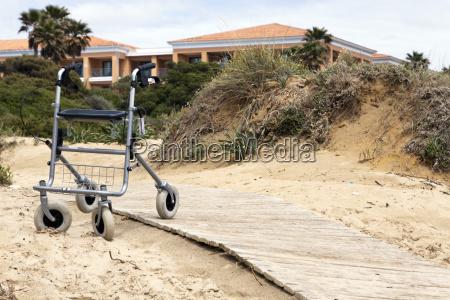 rollator steht verlassen am strand