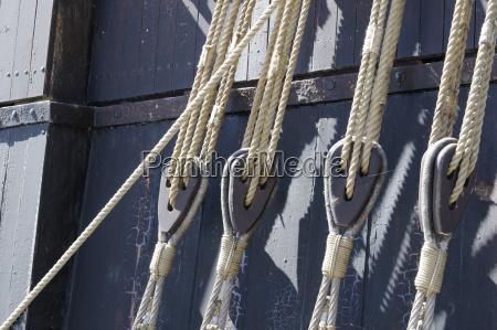 seile und taljen auf einem schiff