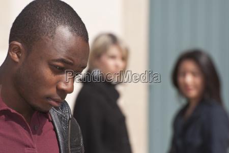 farbiger junger mann und zwei madchen