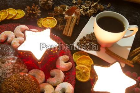kaffeetasse und weihnachtsdekoration