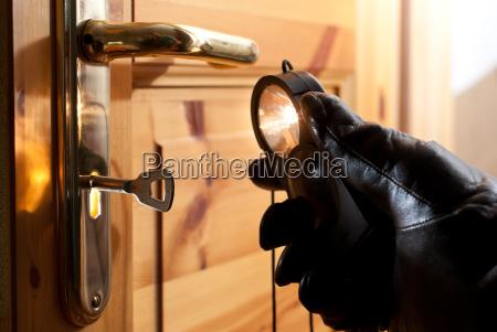ein dieb untersucht mit einer taschenlampe