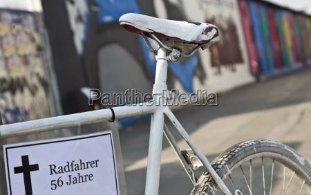 weisses fahrrad zum gedenken an verungluckte
