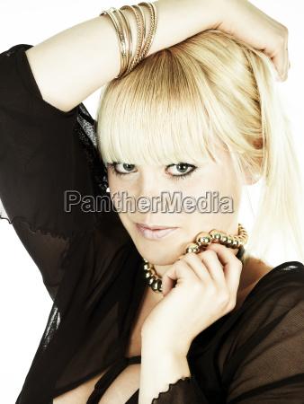 junge blonde frau in schwarzem top