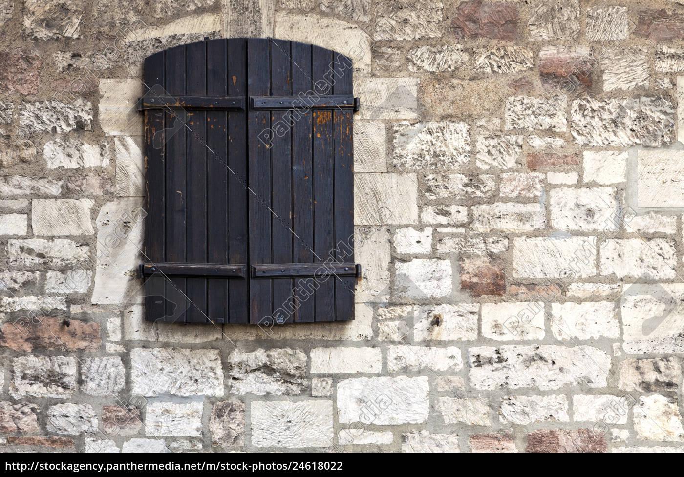 geschlossenes, fenster, an, einer, burgmauer - 24618022