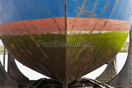 farbiger schiffsrumpf mit algen bewachsen im