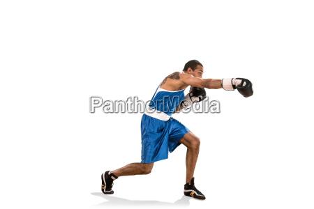 sportlicher mann beim boxtraining foto von