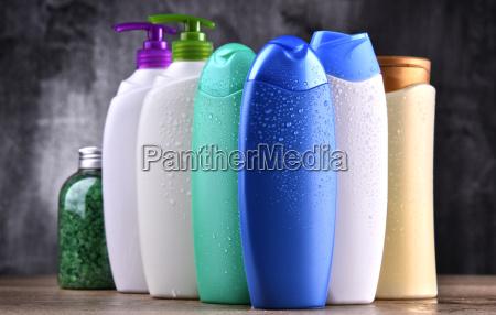 plastikflaschen mit koerperpflege und kosmetikprodukten
