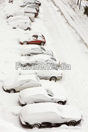 eingeschneite autos in pienza toskana