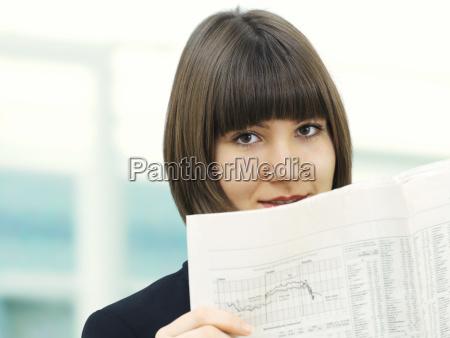 geschaftsfrau liest zeitung