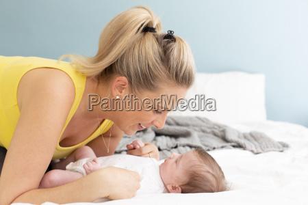 hermosa joven madre con camisa amarilla