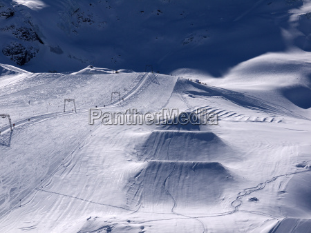 skigebiet am kaunertaler gletscher mit schanzen