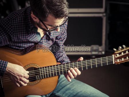 gitarrist der akustikgitarre spielt