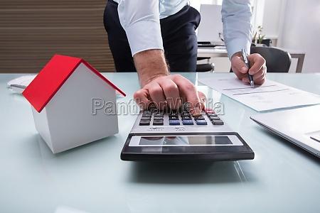 menschliche hand die rechnung mit taschenrechner