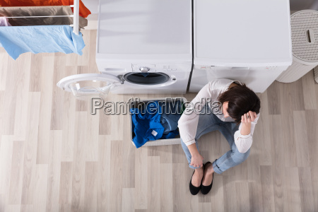 umgekippte frau die an der waschkueche