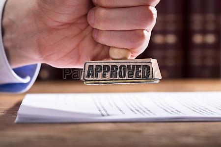 richter der vertragsformular genehmigt