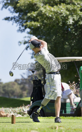 male golfer with artificial leg teeing