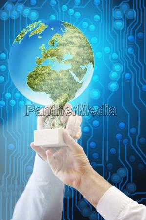 geschaeftsleute halten globe shaped award gegen