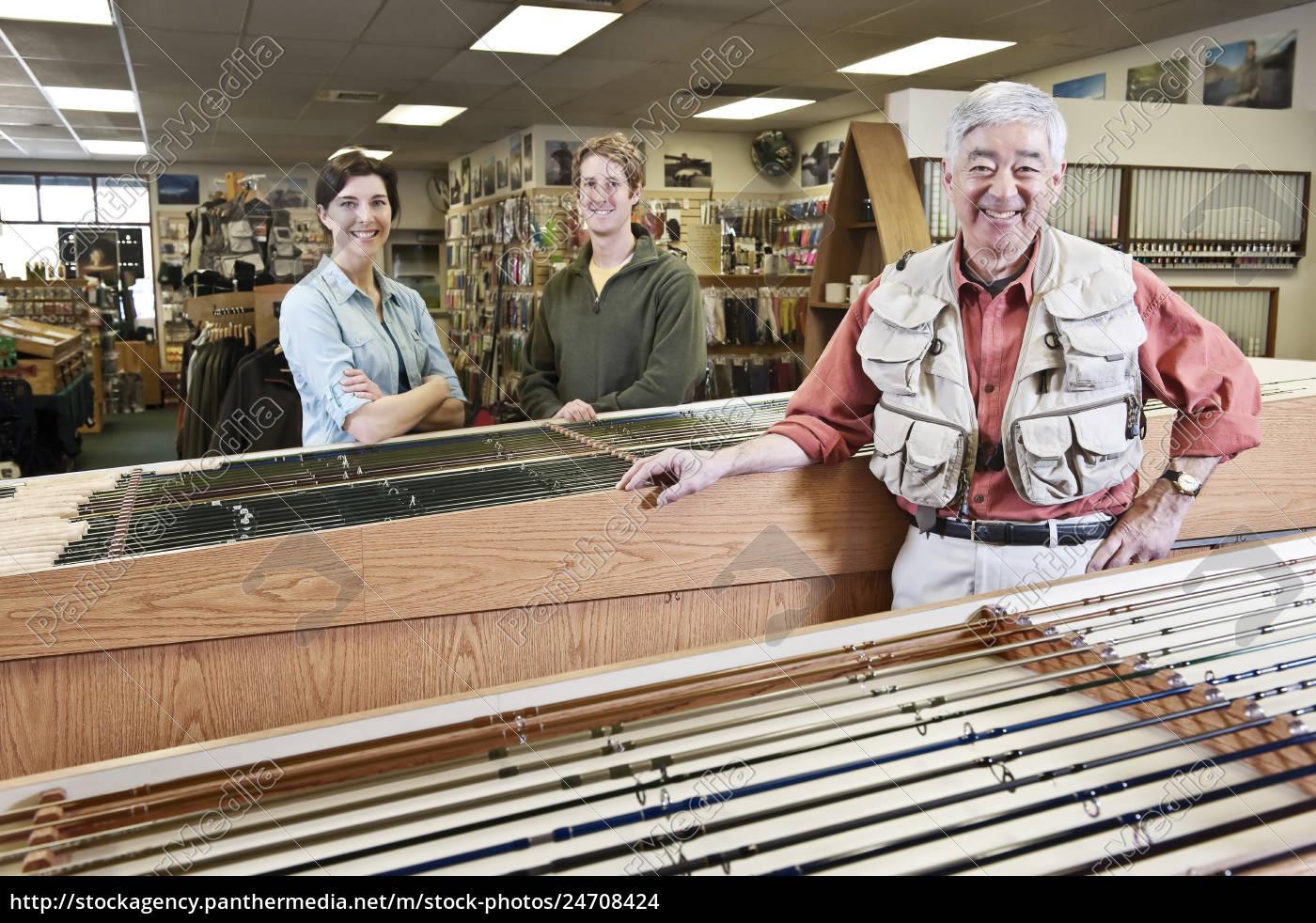asiatische, amerikanische, seniorenbesitzerin, eines, fliegenfischereigeschäfts, im - 24708424