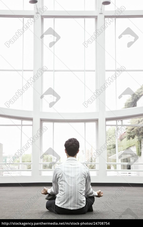 geschäftsmann, entspannen, deiner, yoga-pose, in, einem - 24708754
