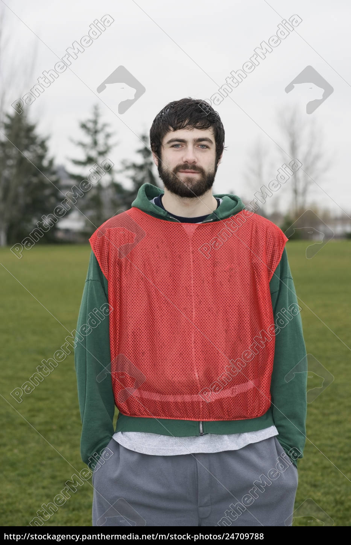porträt, eines, kaukasischen, mannes, der, outdoor-sportarten, spielt, trägt - 24709788