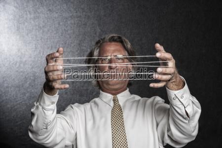 studioporträt, des, kaukasischen, schauspielers, der, die, hände - 24712014