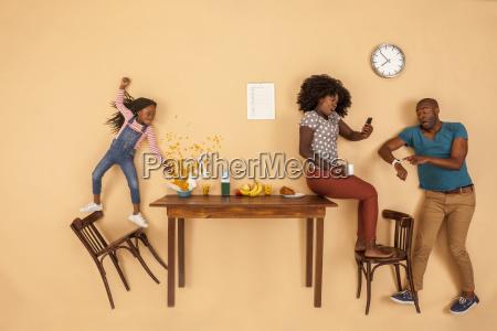gestresste familie beim fruehstueck in der