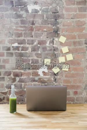 buero laptop notebook computer trinken trinkend